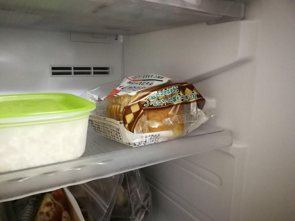 冷凍庫に入ったパン
